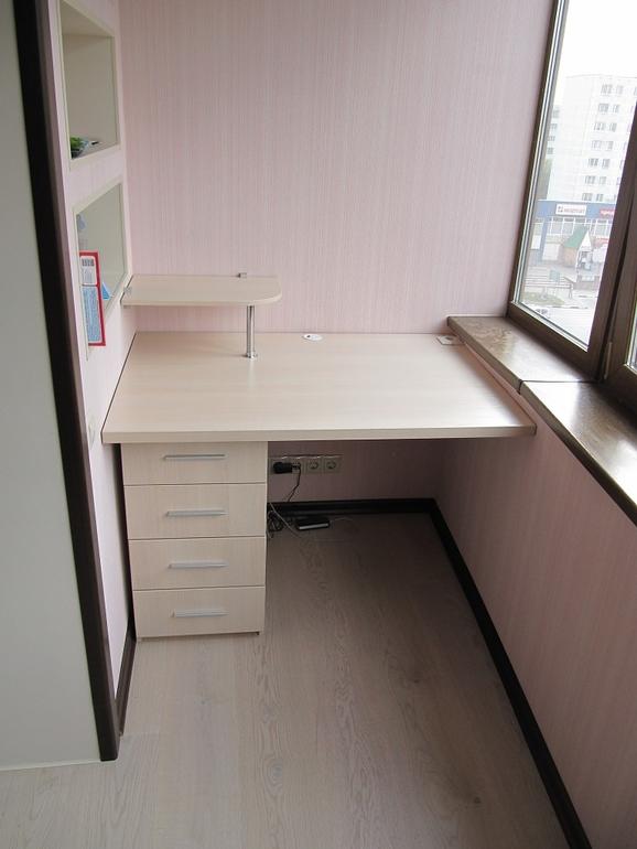 Варианты компьютерных столов на балконе..