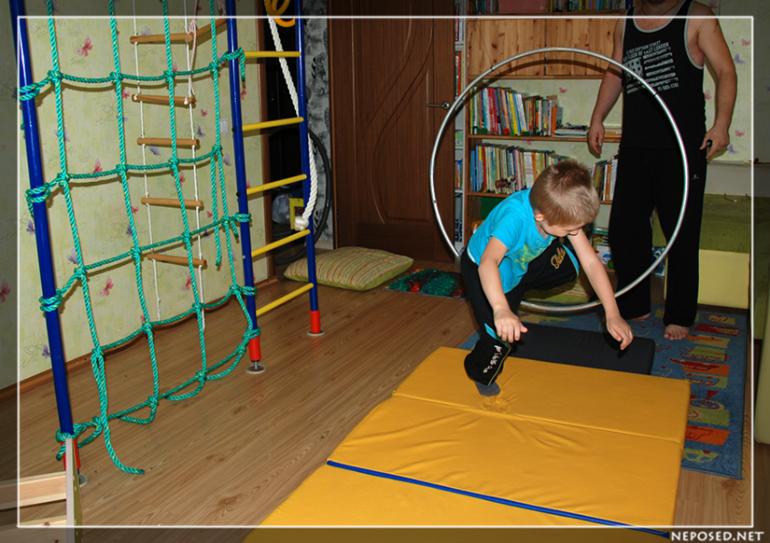 Полоса препятствий дома для детей
