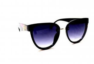 Широкий ассортимент солнцезащитных очков .