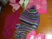 Теплые шапки и варежки для девочки