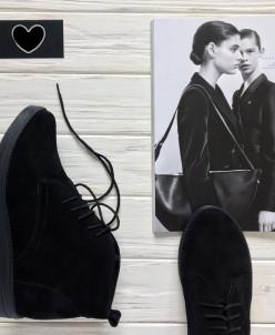 Стильные замшевые ботинки.
