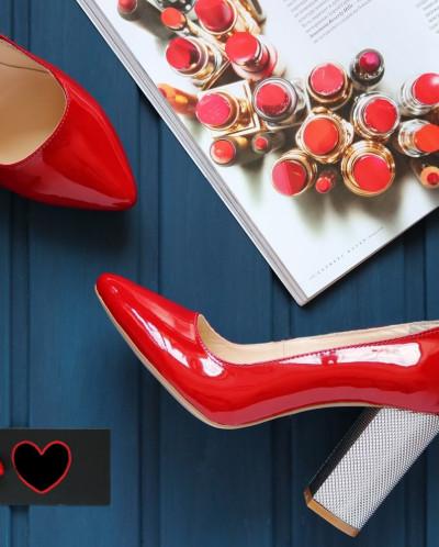 Лаковые элегантные туфли на серебряном каблучке.