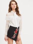 Белая галстучная блузка с контрастными кружевами
