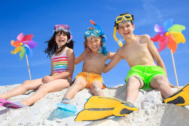 голые девочки резвятся на пляже