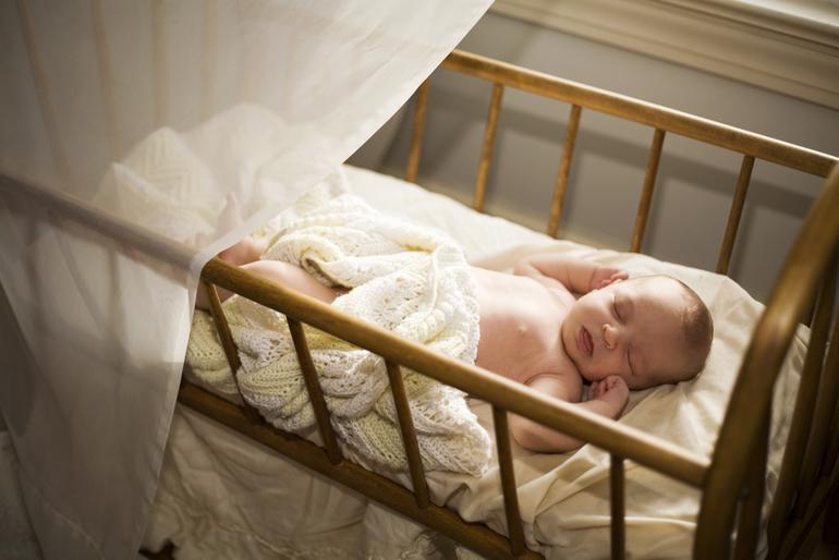 Как приучить малыша спать в своей кровати – используем грамотный подход!