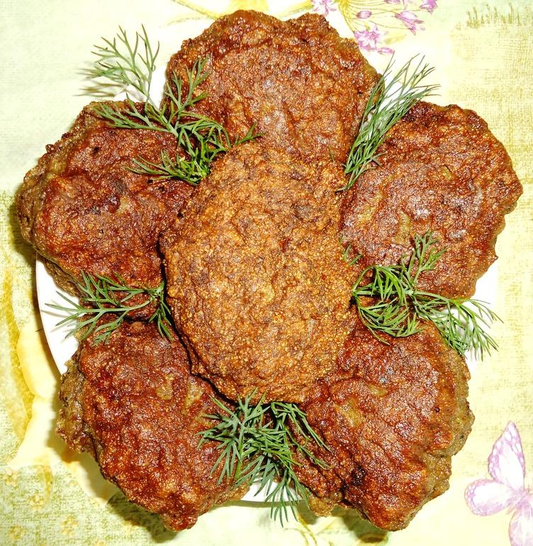 Печеночные котлеты приготовленные из свиной печени получаются очень похожими на оладьи.