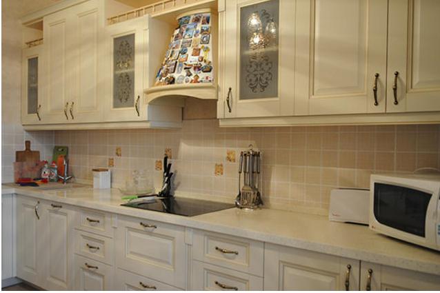Фартук на белую кухню из плитки дизайн 41