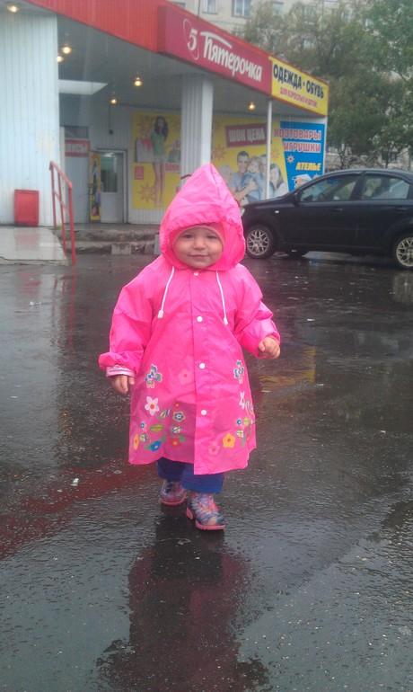 купили Маше дождевик=)))