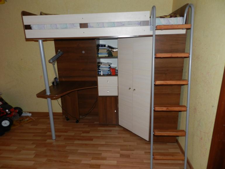 Кровать-чердак со столом 6000р