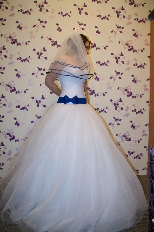 Синяя лента в свадебном платье