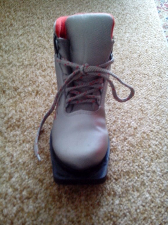 Продам лыжные ботинки размер 37.