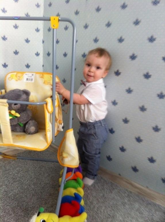 Ребенок в восторге от домика