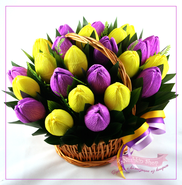 Тюльпаны из гофрированной бумаги в корзине