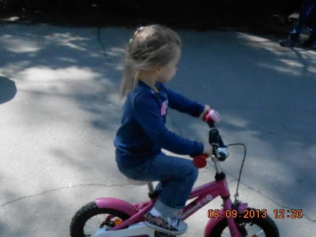 Лауриша в 3 года и 3 мес поехала на двухколесном велосипеде