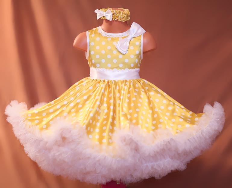 Очень легкое и пышное платье из золотого атласа в белый горох