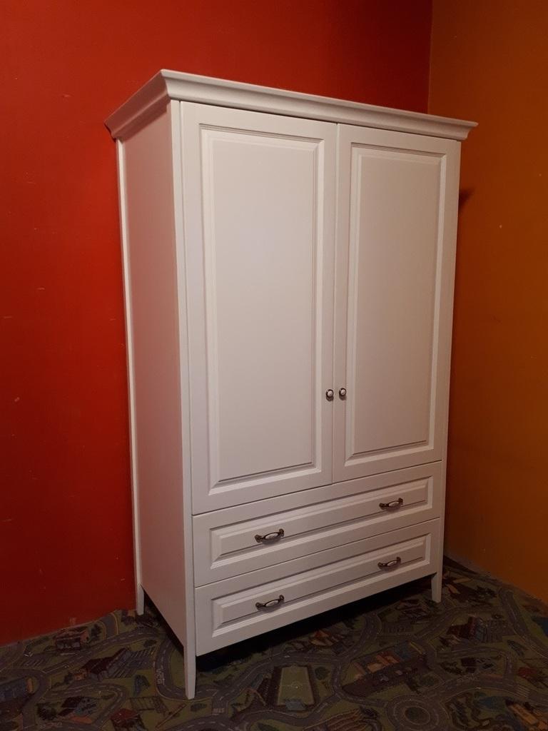 Деревянный новый шкаф.