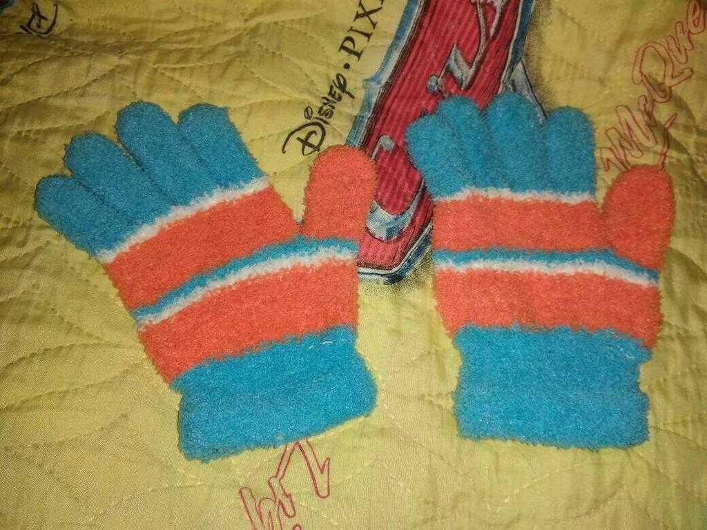 Перчатки яркие хорошо тянутся и садятся по руке,
