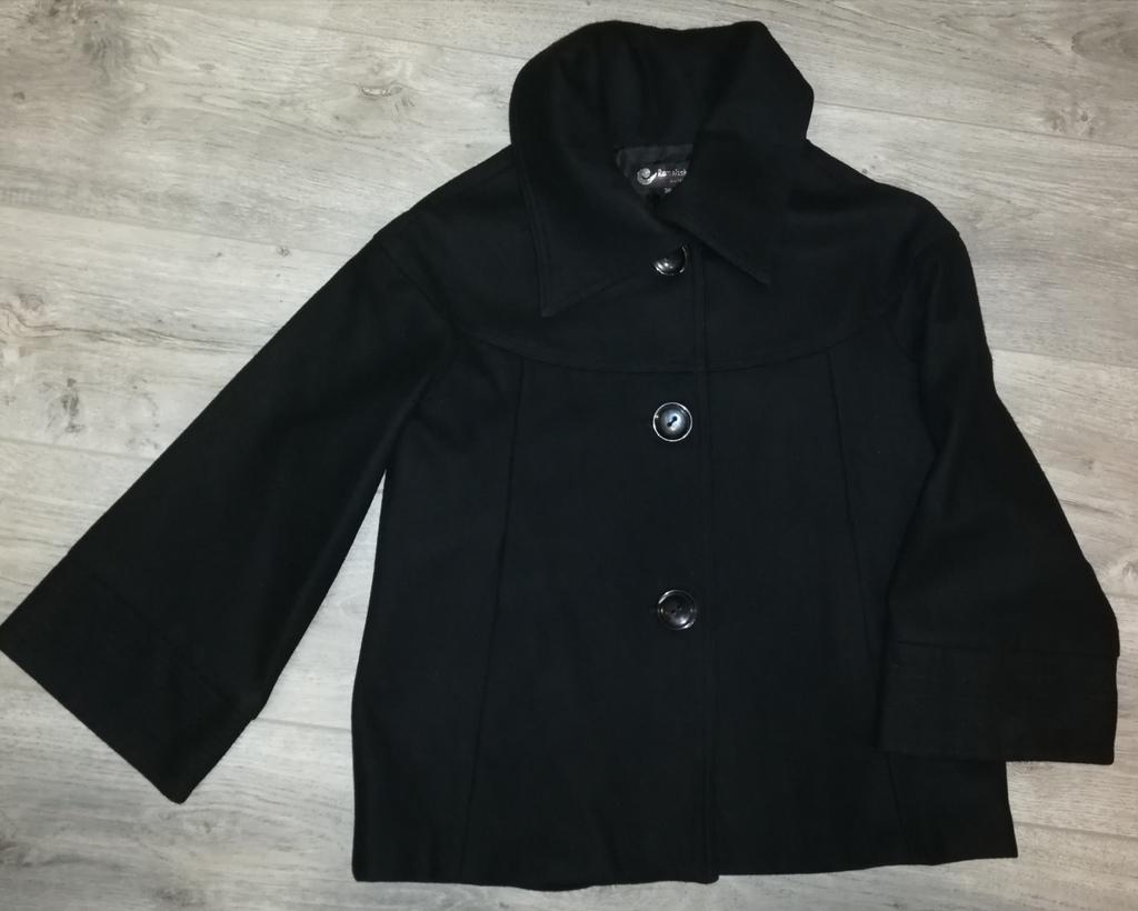 Пальто короткое чёрное р 42-44, на пуговицах...