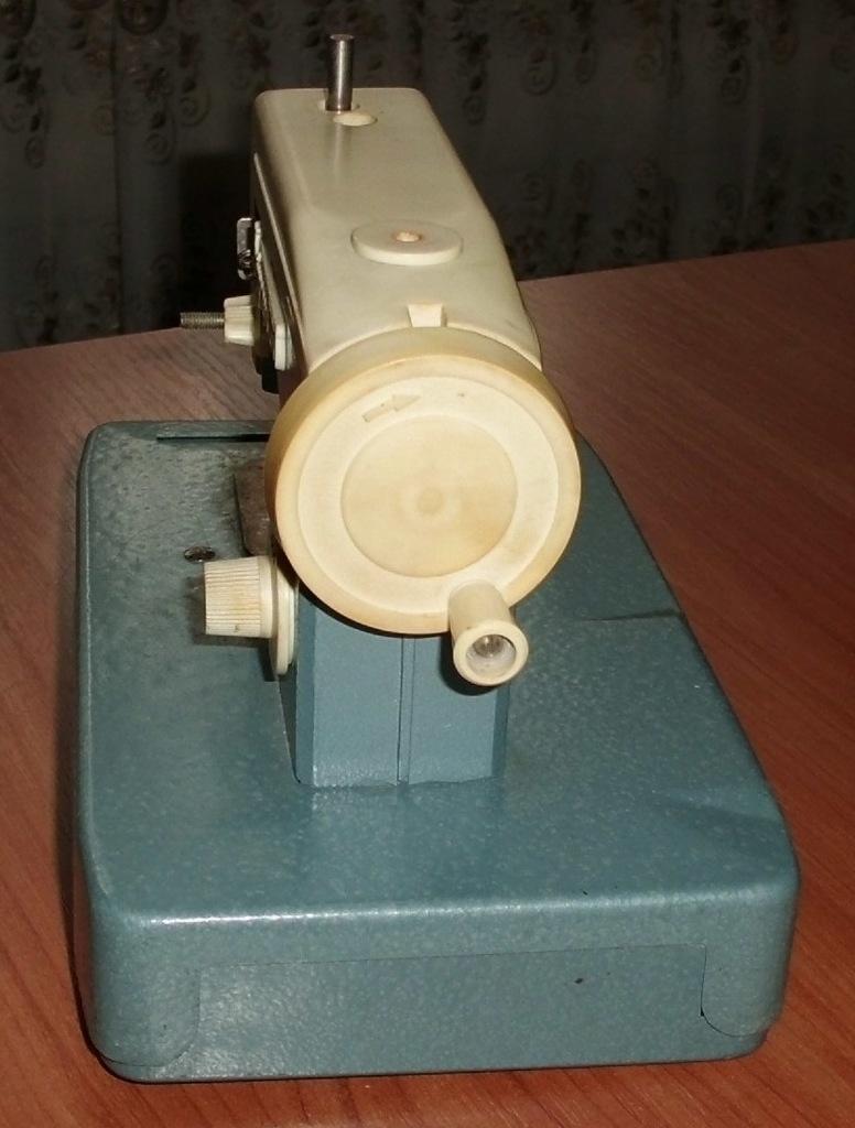 Детская ручная швейная машинка Днепряночка СССР