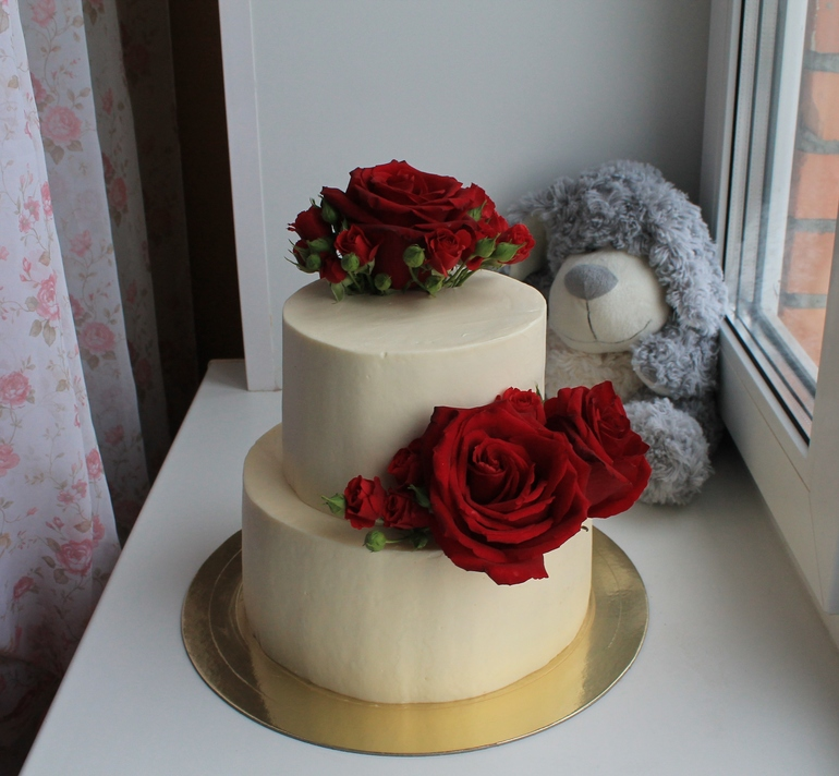Кремовый торт с цветами из мастики