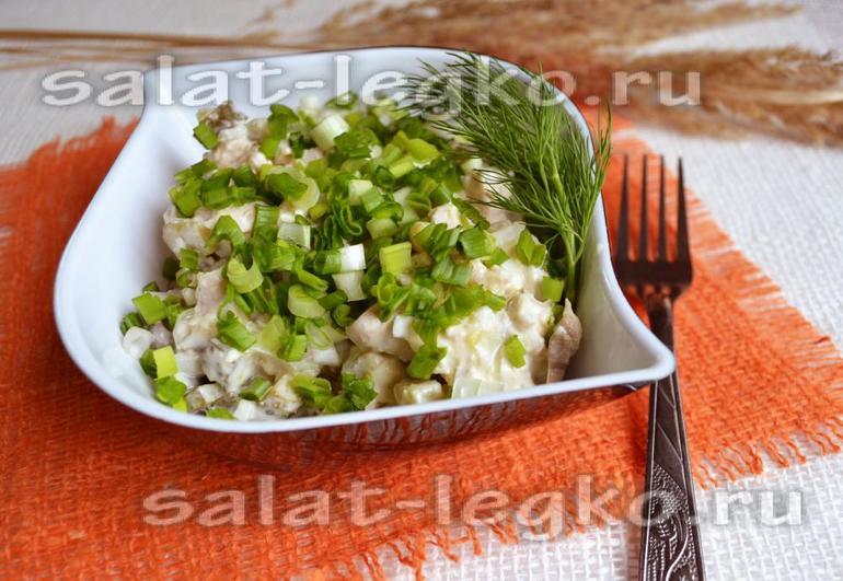 Салат с солеными огурцами сфото