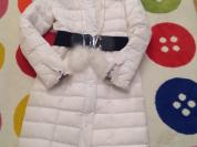 Белое пуховое пальто.