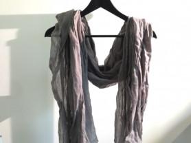 серый шарф и варежки с пайетками