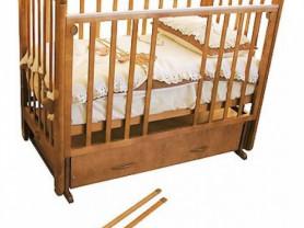 Детская кроватка в хорошем состоянии с ящиком и поперечным маятником (Можга Красная звезда)
