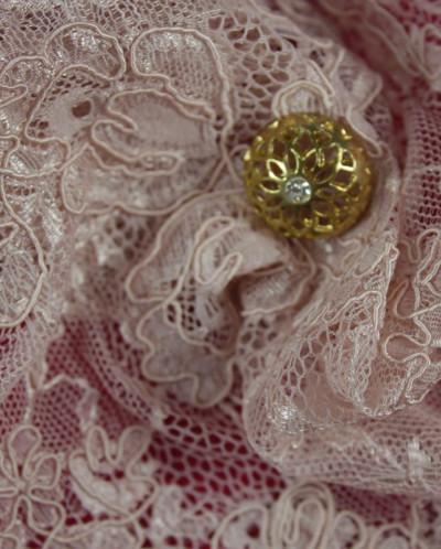 Кружево перламутрово-розового цвета, фестоны с двух сторон