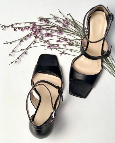 Кожаные элегантные босоножки из черной кожи.