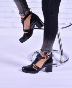 Женские лаковые туфли с ремешком