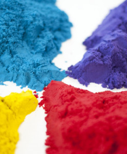 Кинетический песок синего цвета.