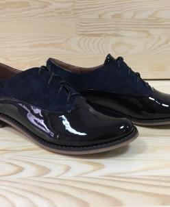 Лаковые туфли с замшевыми вставками.