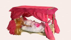 Кровать с балдахином и постельным бельем