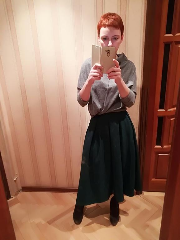 Девушка сняла юбку в офисе #10