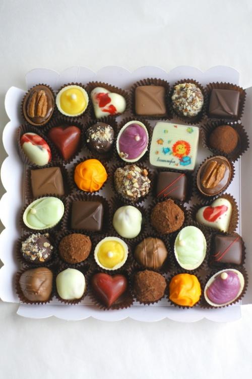 Шоколадные конфеты с декором